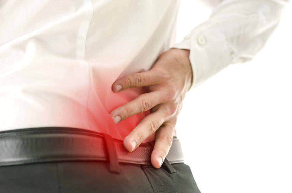 Particolare dell'uomo che soffre di mal di schiena