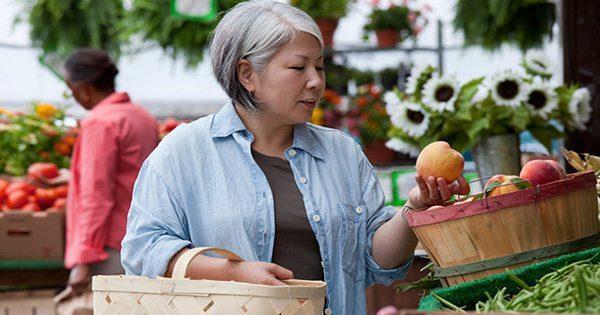 gambar blog wanita tua belanja buah