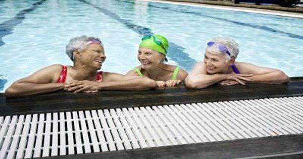 blog de imágenes de la mujer mayor en la piscina