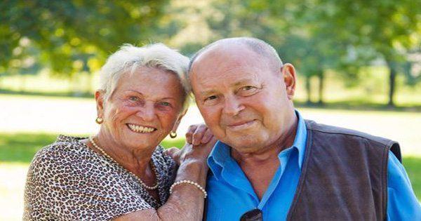 blog de imágenes de la pareja de ancianos presentan para el cuadro