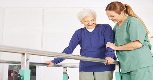 blog de imágenes de la mujer mayor siendo ayudado por la enfermera fisioterapeuta