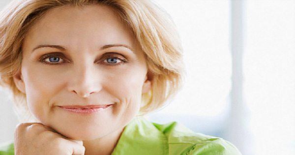blog de imágenes de la mujer que sonríe con su puño bajo la barbilla