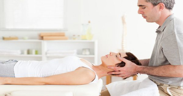 foto del blog del chiropratico che regola il collo del paziente