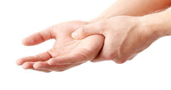 痛みの手をつかむ男のブログの画像