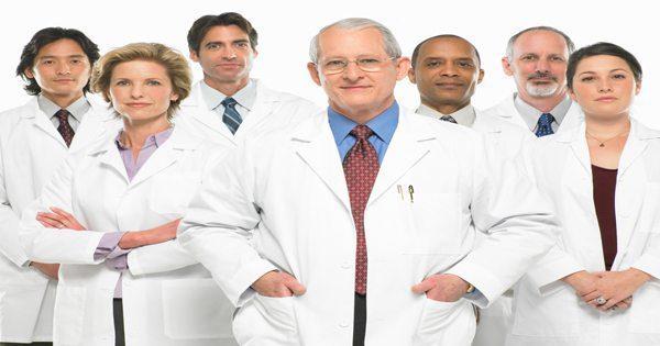gambar blog ahli medis berdiri