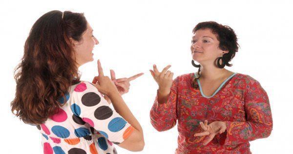 blog de imágenes de dos señoras que tienen conversación de lengua de signos