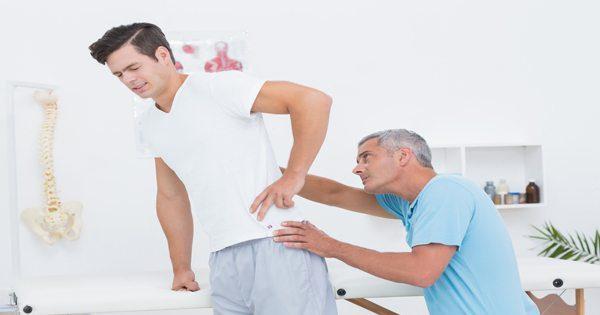 immagine di blog dell'uomo che viene controllato da un chiropratico
