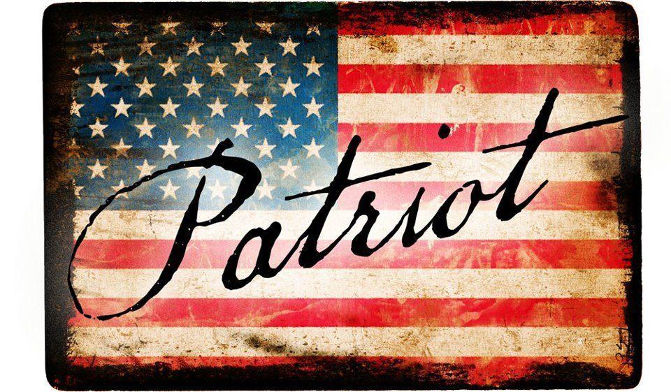 изображение блога американского флага со словом патриот, написанное сверху