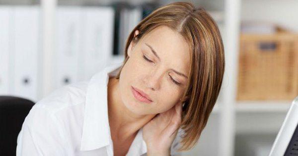 gambar blog wanita di mejanya sakit leher