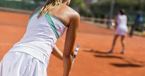 blog de imágenes de un juego de tenis de dobles niña a punto de servir