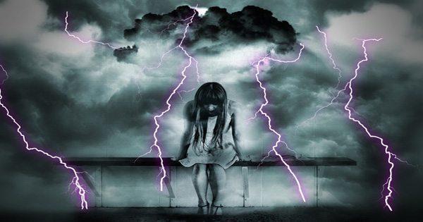 嵐が彼女の後ろに醸造して座っている若い女の子のブログ写真