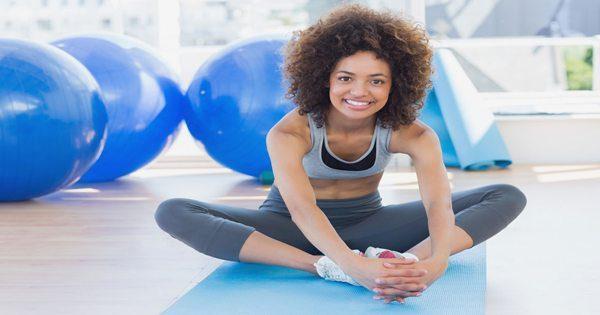blog de imágenes de la señora en un estudio de yoga que hace estiramiento de la mariposa para las piernas interiores