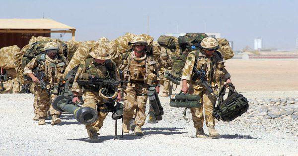 изображение блога солдат, несущих оборудование