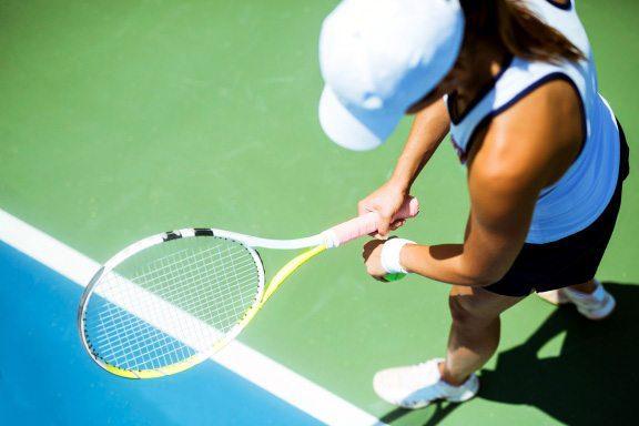 blog de imágenes de la joven a punto de servir una pelota de tenis