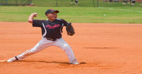 blog de imágenes de la joven lanzador de béisbol lanzando duro