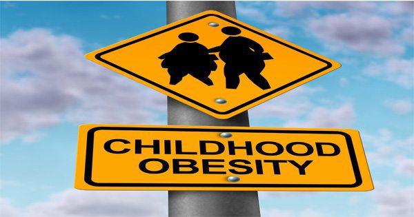 foto di blog di segni di strada che mostrano silhouette dei bambini in sovrappeso e le parole obesità infantile
