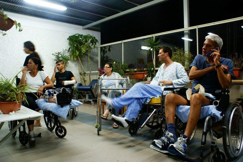 julgar as pessoas em cadeiras de rodas com lesões em um hospital