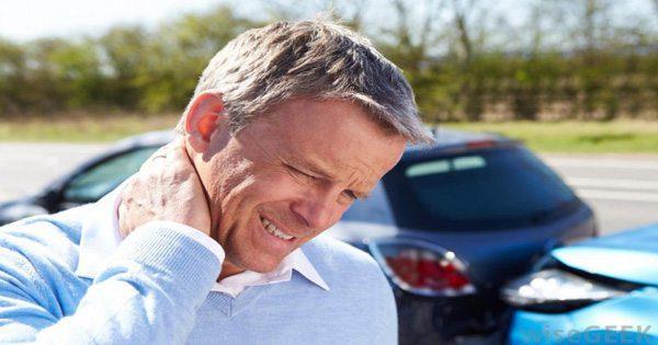 blog de imágenes del hombre en accidente de auto frotando la parte posterior de su cuello