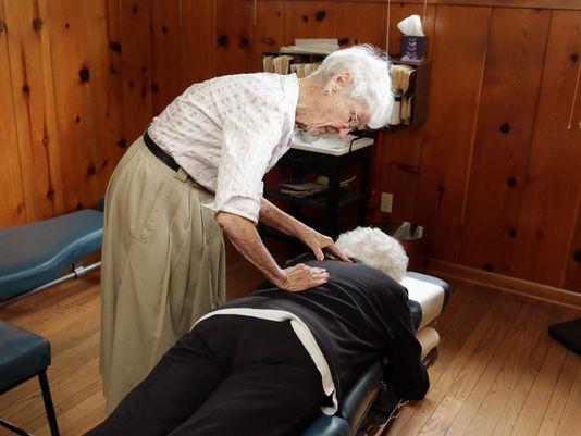 blog de imágenes de la más antigua de vida quiropráctico practicando trabaja en un paciente