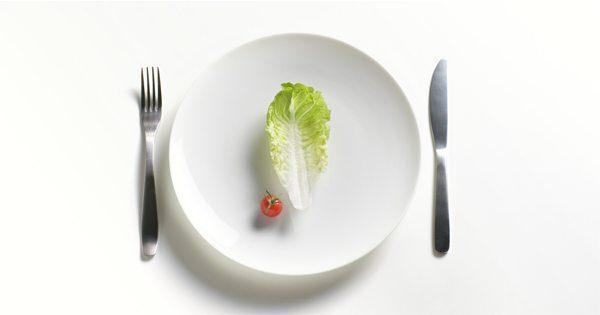 blog de imágenes de plato, tenedor, cuchillo, pieza de lechuga y tomate bebé