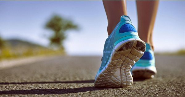 foto do blog dos sapatos dos corredores no pavimento