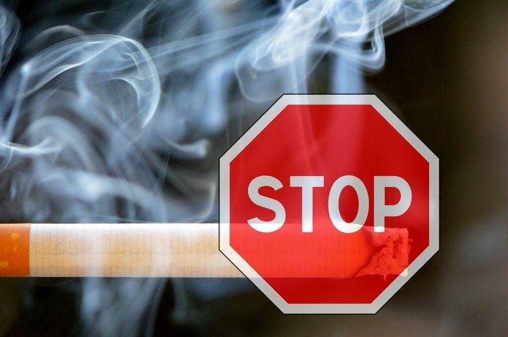 foto del blog di sigaretta con un segno di stop davanti a esso