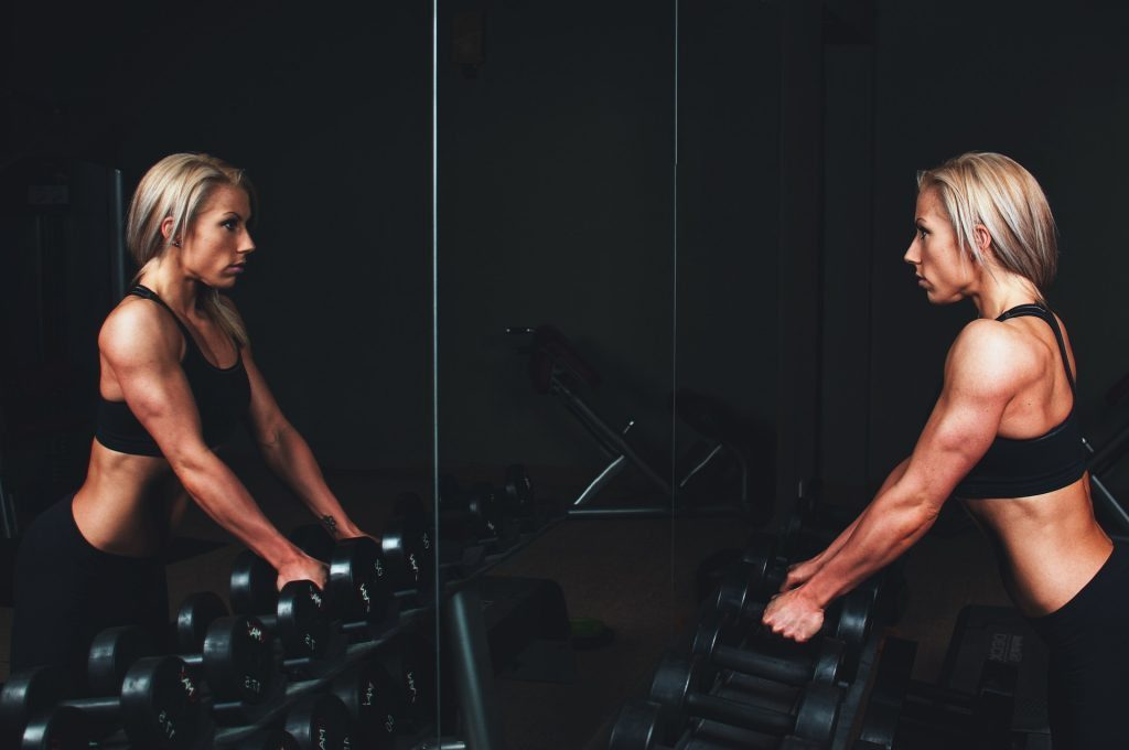 blog de imágenes de la señora que mira a sí misma en el espejo de entrenamiento