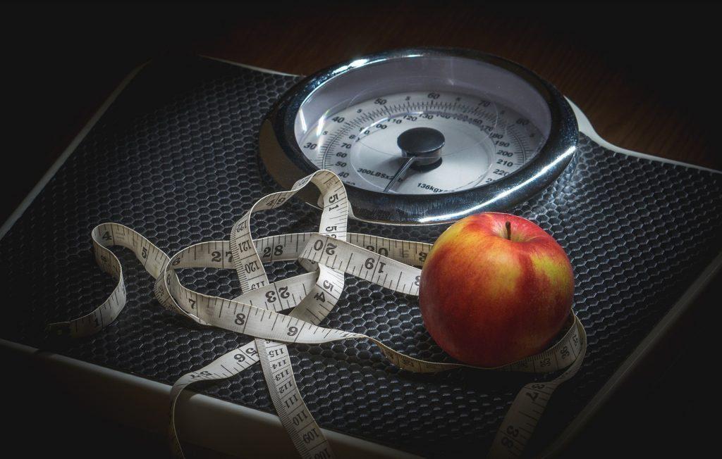 immagine di blog di scala di peso e una nettarina