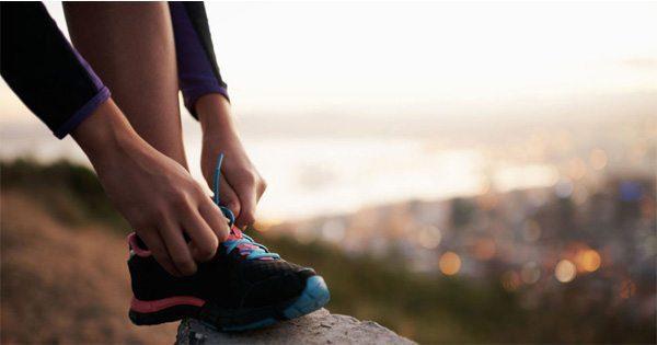 blog de imágenes de la mujer atar su zapato preparándose para correr