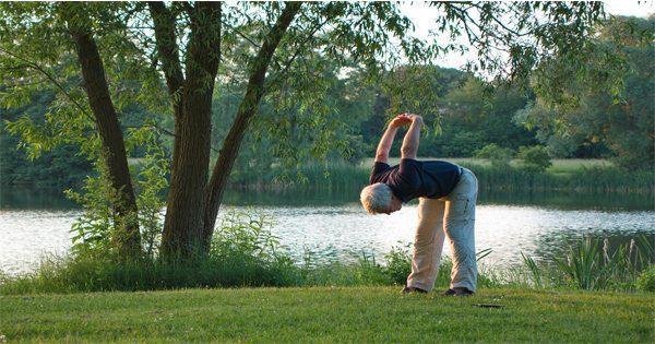 blog de imágenes del hombre mayor que hace yoga