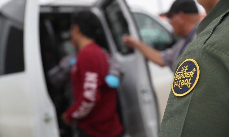 immagine del blog degli agenti di pattuglia di confine che prendono in persona non documentata