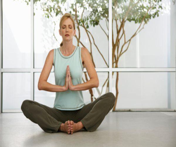 signora che fa yoga
