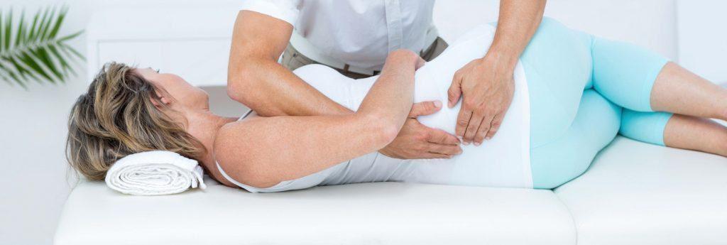 stock photo medico massaggiare il suo paziente torna in studio medico