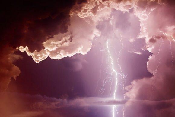 bolt ligtening dark clouds