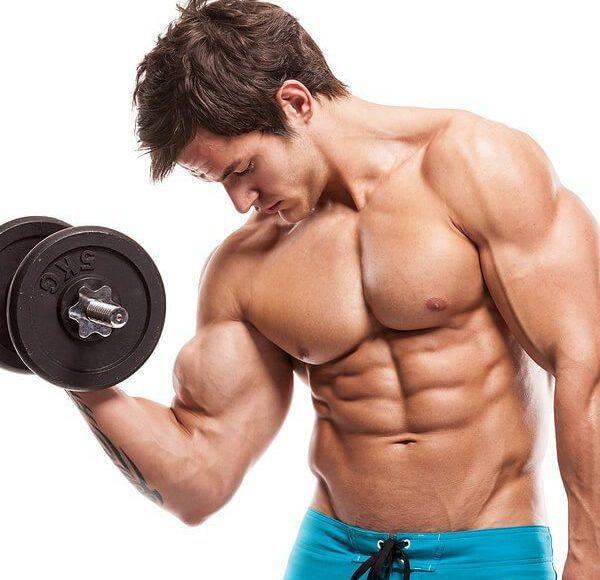 il giovane che fa braccio non arriccia camicia tutti i muscoli
