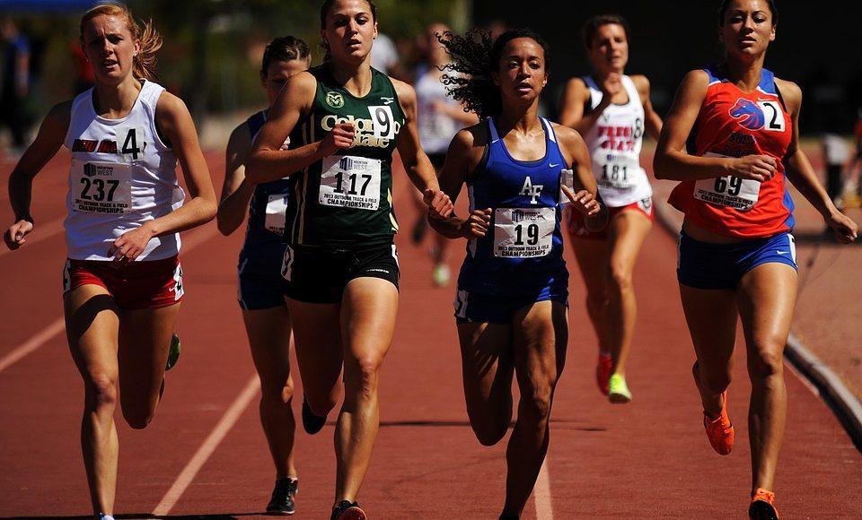 Corredores femeninos en una carrera