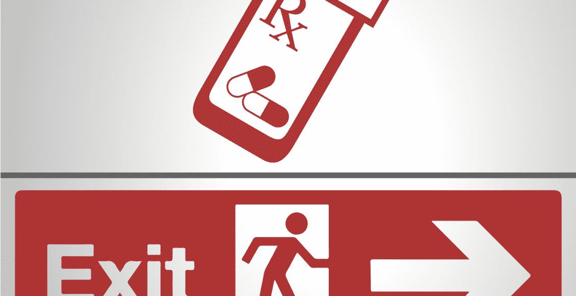 Botella de opiáceos y una señal de salida