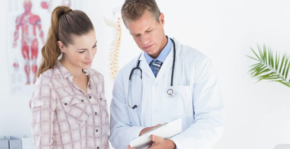 quiroprático mostra informações da área de transferência do paciente
