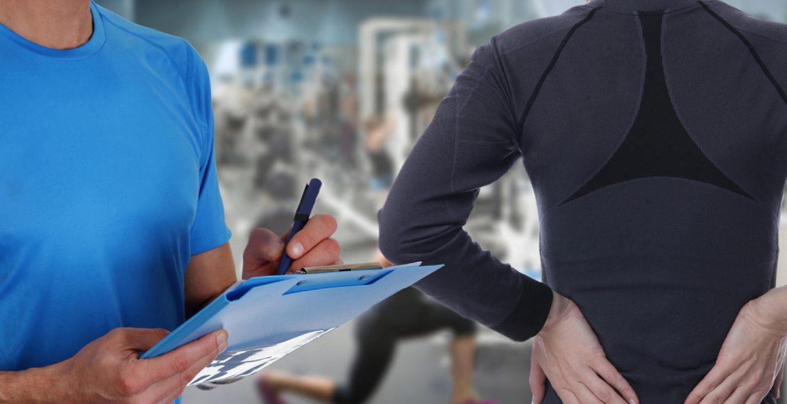 chiropractor mencatat wanita yang sakit punggung di gym