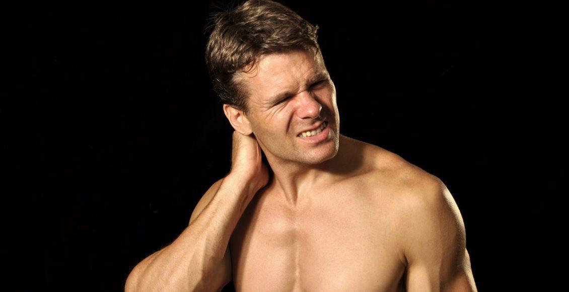 atleta masculino sufre de dolor agudo en el cuello