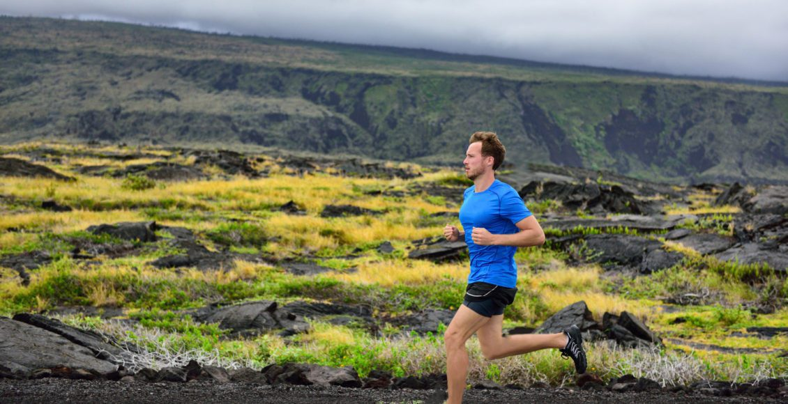 山道を走っている男性ランナージョギングの早いトレーニング