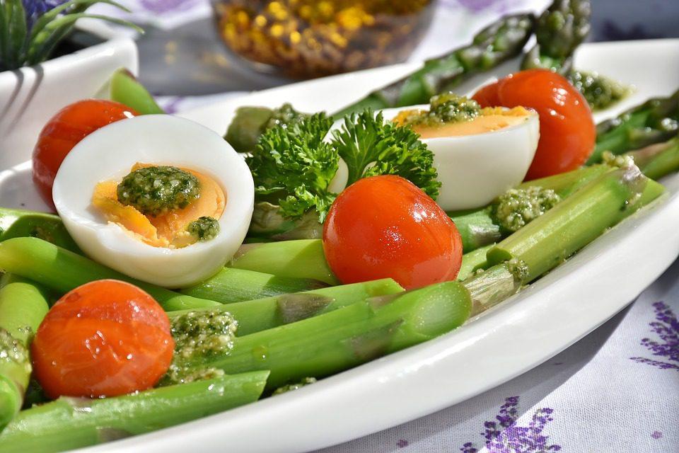 espárragos energéticos huevos tomates