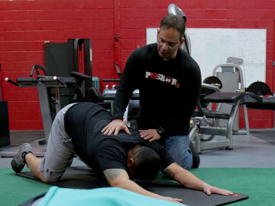 Dr Jimenez ajudando homem stretch_preview