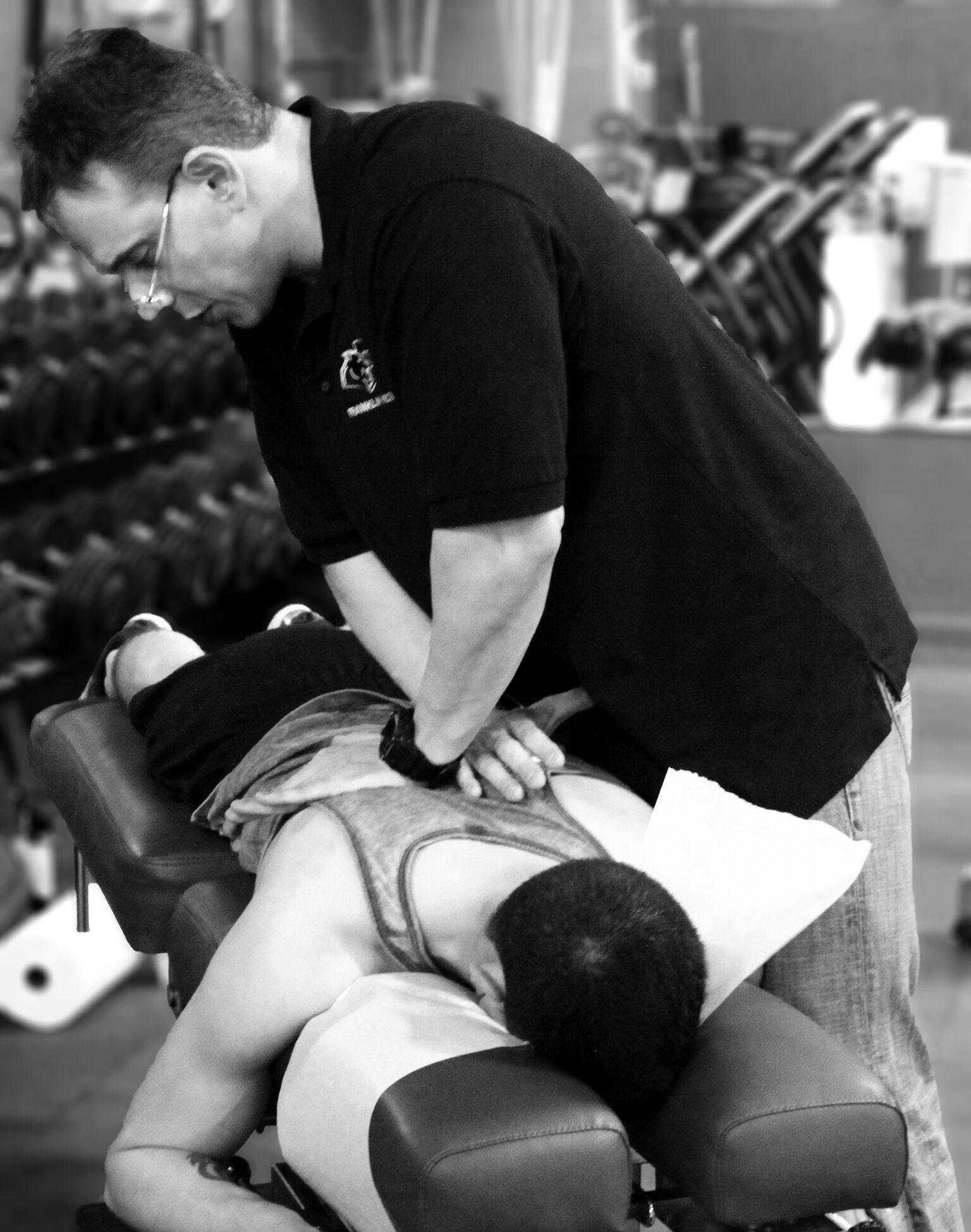 Д-р Хименес работает над обратным лечением на соревновании Push Crossfit_01 BW_preview