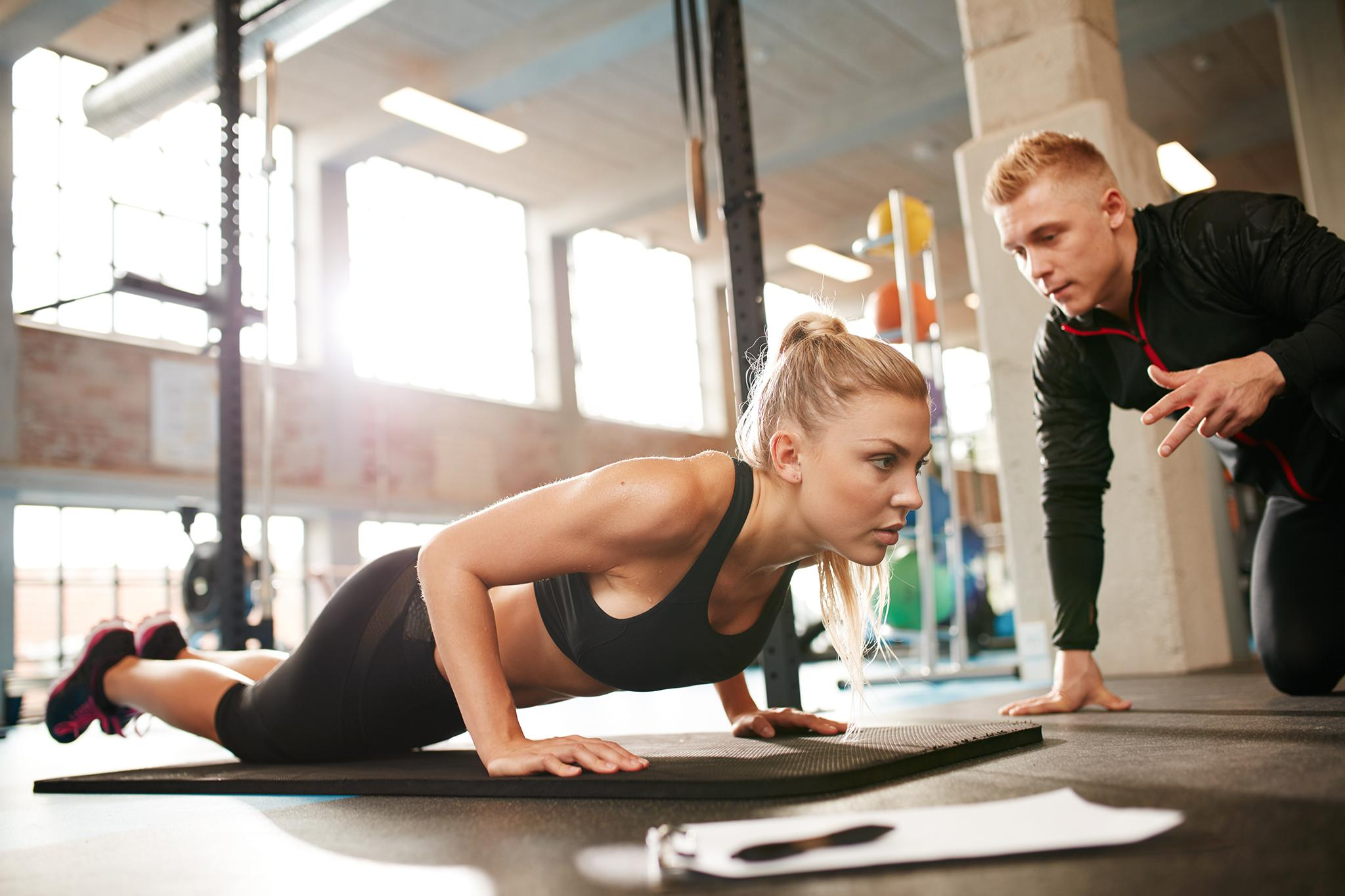 Персональный тренер, поощряющий пациента к участию в упражнениях на выносливость