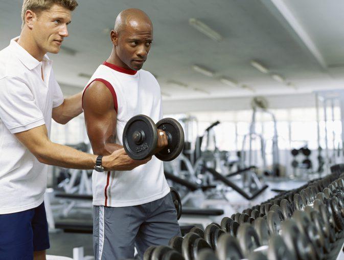 Тренер, демонстрирующий примеры упражнений на выносливость