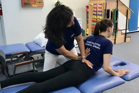 Женщина, выполняющая метод Маккензи на пациента
