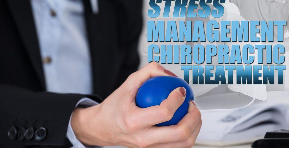 Imagen de una persona que sostiene una pelota de estrés como parte de un tratamiento quiropráctico de manejo del estrés.