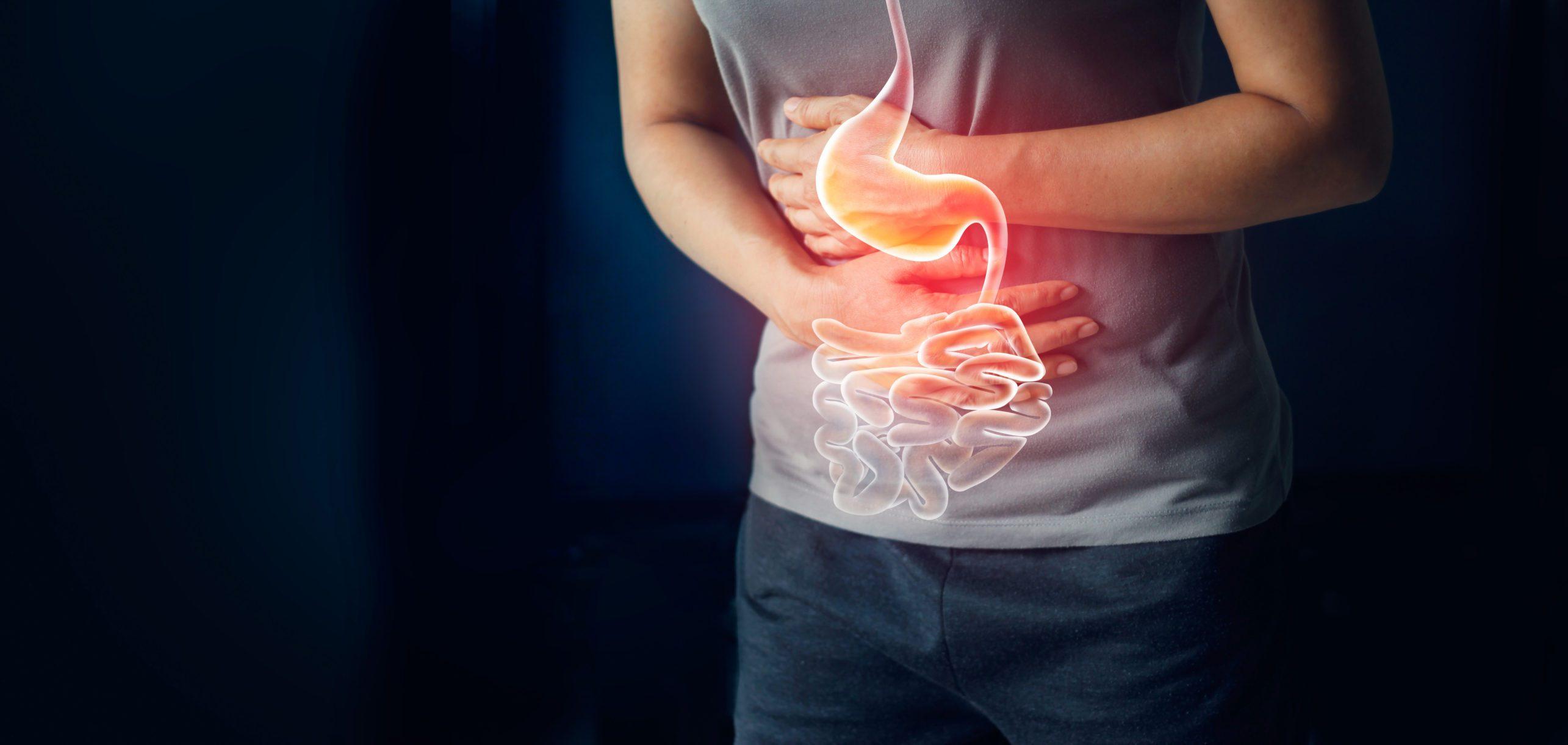 Mujer tocando el estómago doloroso que sufre de dolor de estómago causa el período de menstruación, úlcera gástrica, apendicitis o enfermedad del sistema gastrointestinal. Concepto de seguro de salud y salud